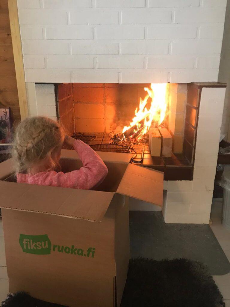 Tyttö laatikossa